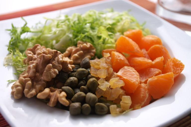 Ensalada de escarola, nueces, mandarina y jengibre confitado