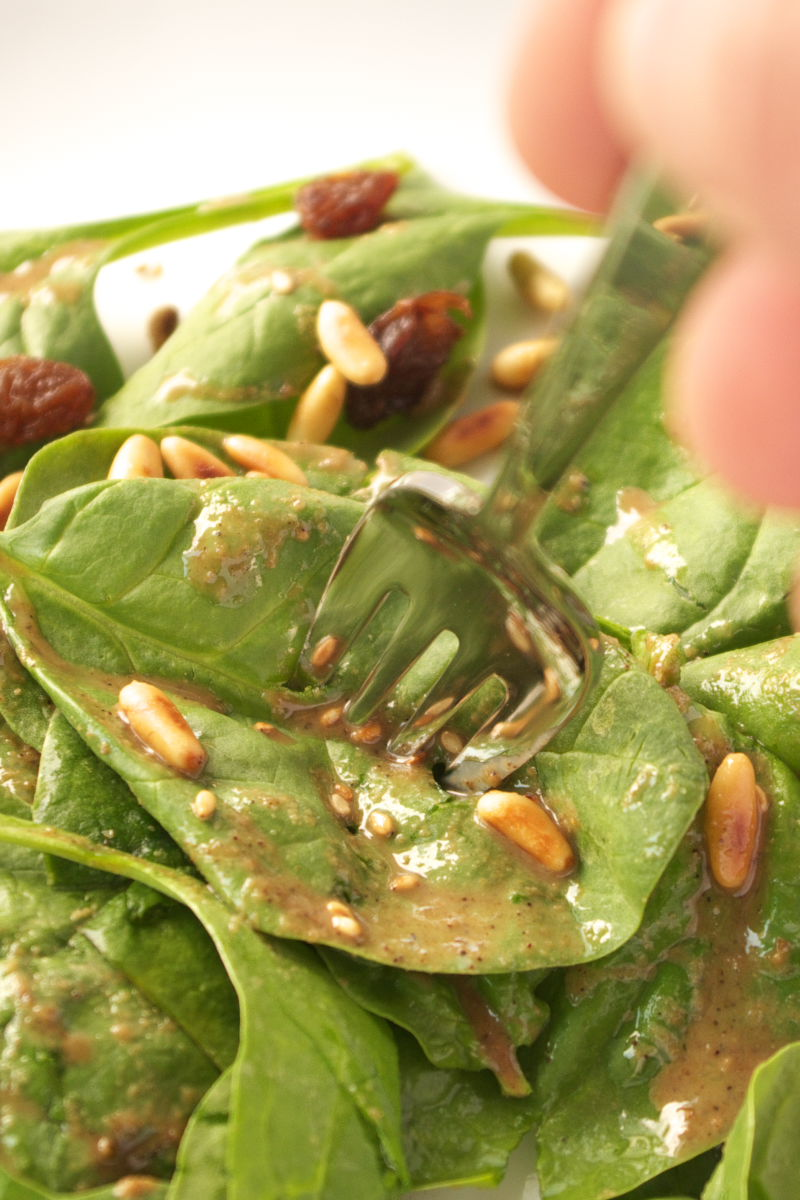 Comiendo Ensalada de Espinacas con Tahini