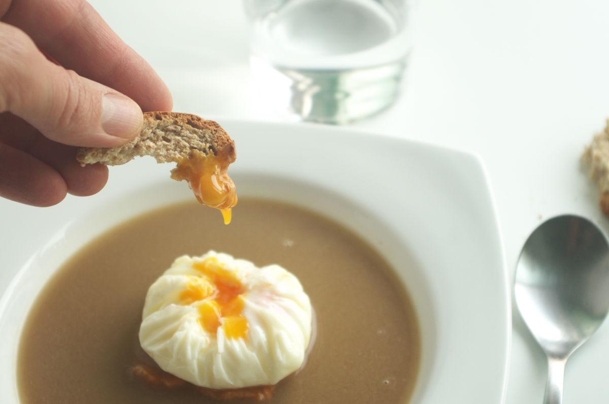 Disfrutando de Sopa de Setas con Huevo sobre Boniato