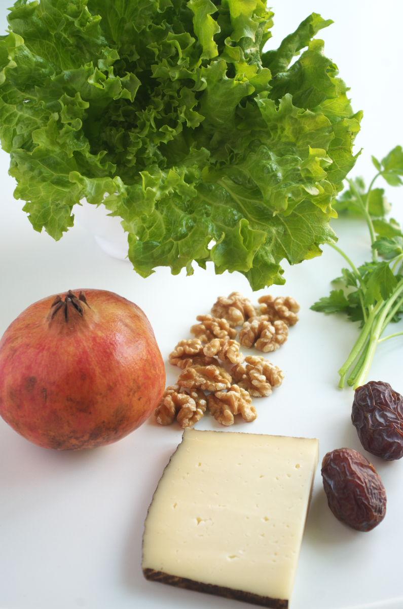 Ingredientes para Ensalada Post-Navideña con Nueces tostadas, Dátiles, Queso curado y Granada