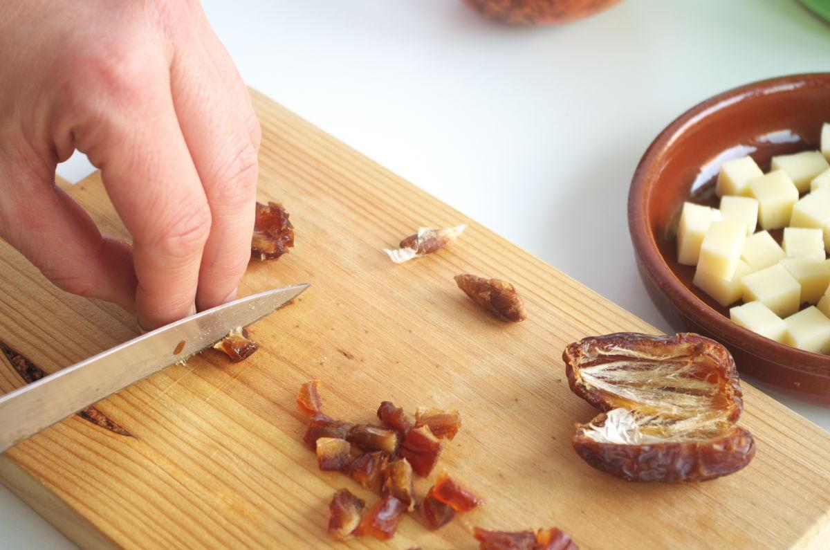 Cortando dátiles para Ensalada Post-Navideña con Nueces tostadas, Dátiles, Queso curado y Granada