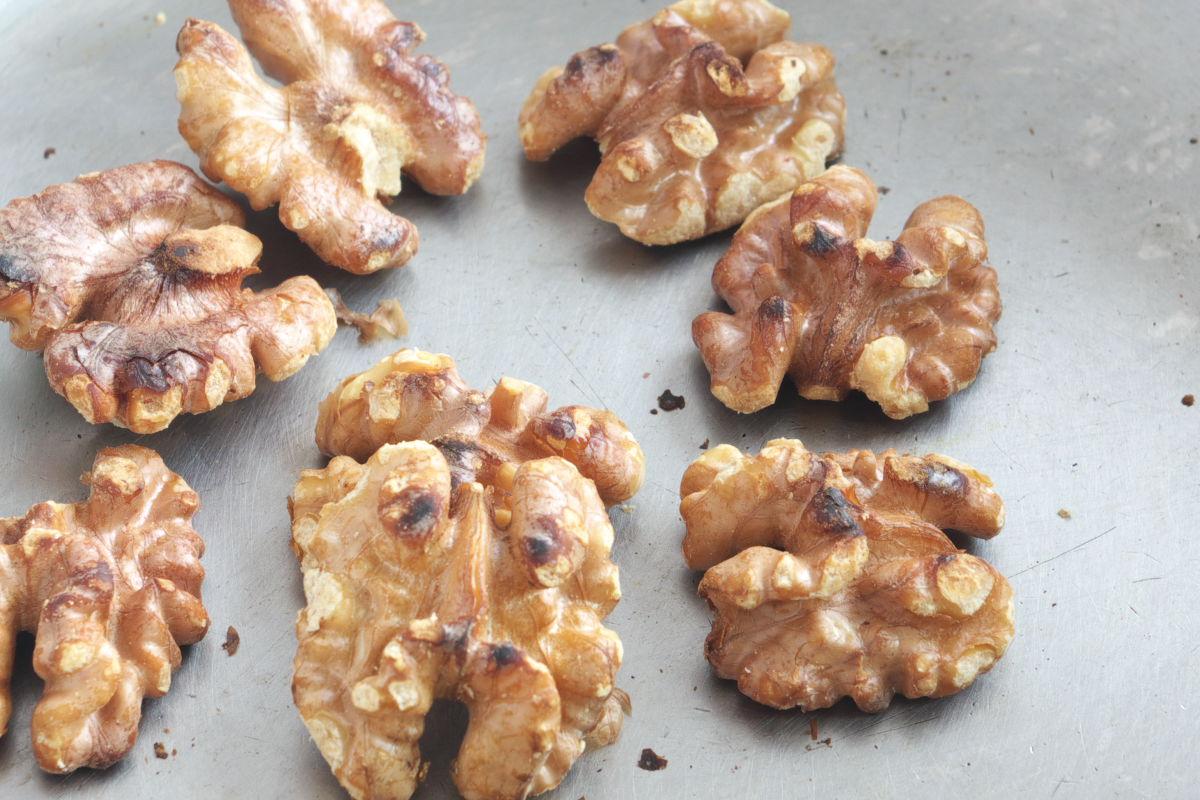 Tostando nueces para Ensalada Post-Navideña con Nueces tostadas, Dátiles, Queso curado y Granada
