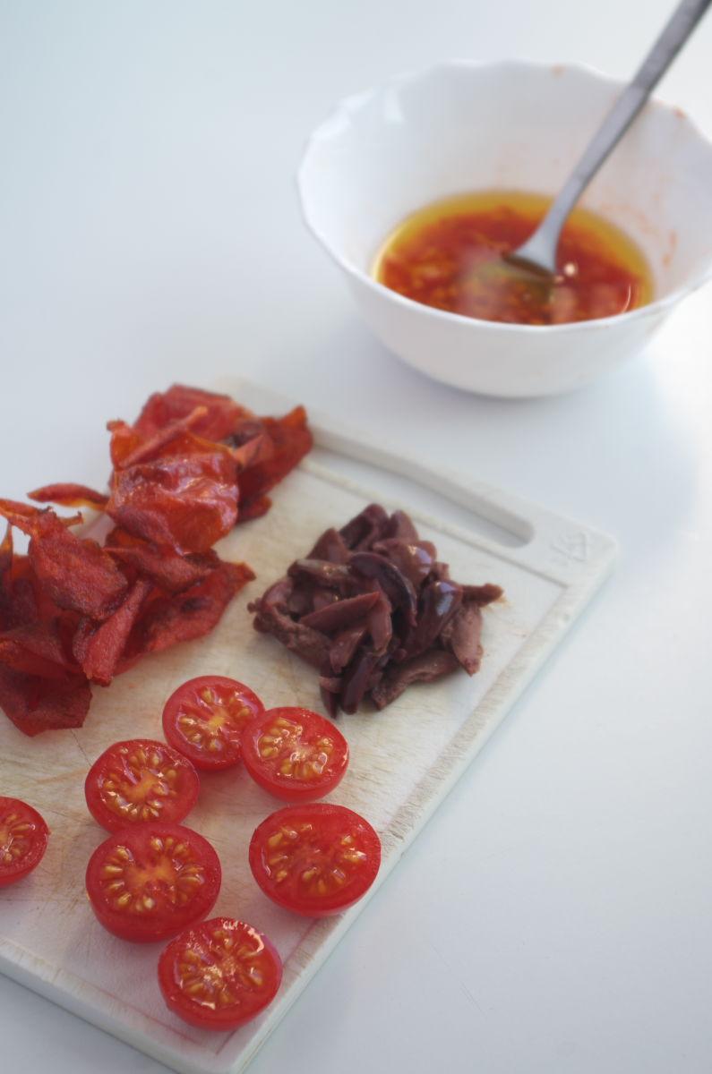 Preparando ingredientes para Pescado a la Veracruzana estilo Enrique Olvera