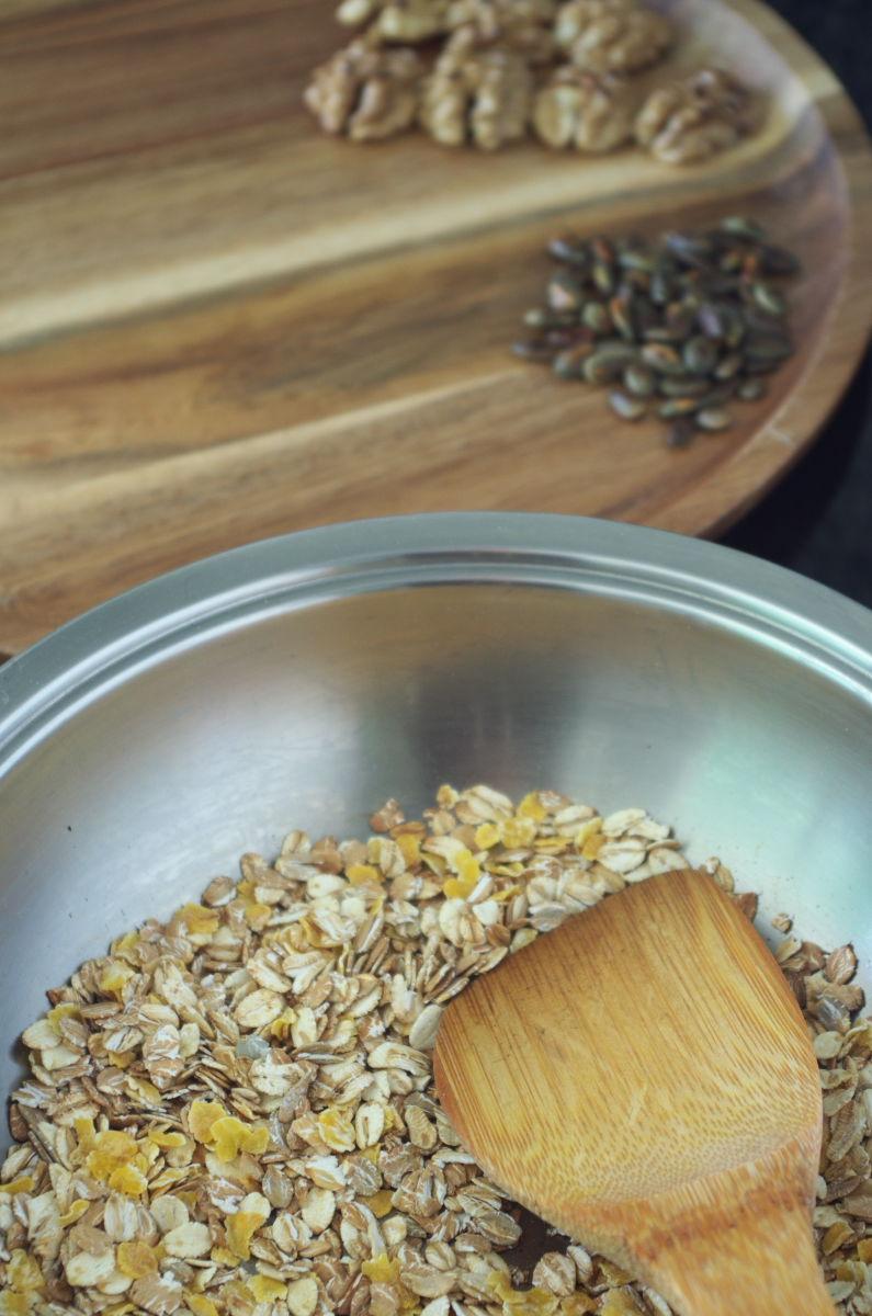 Tostando Muesli para Desayuno de Domingo con Yogur, Fruta y tostado de Muesli y Frutos Secos
