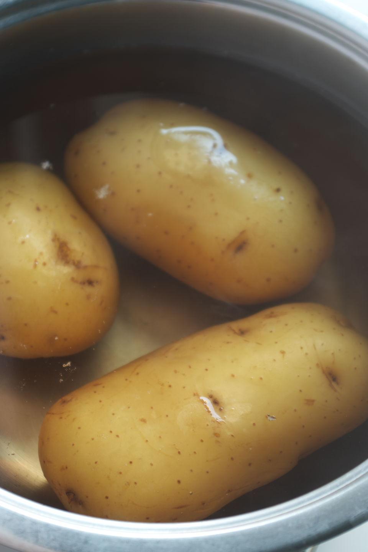 Hirviendo patatas para Patatas con Berberechos