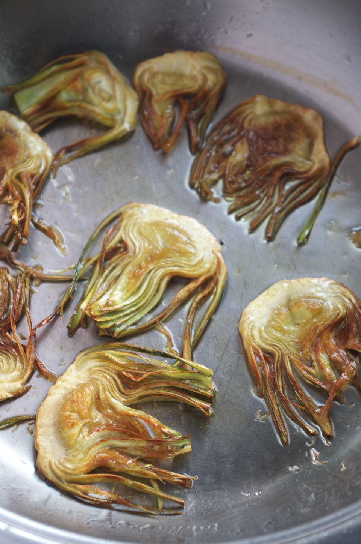Friendo alcachofas para Patatas con Berberechos