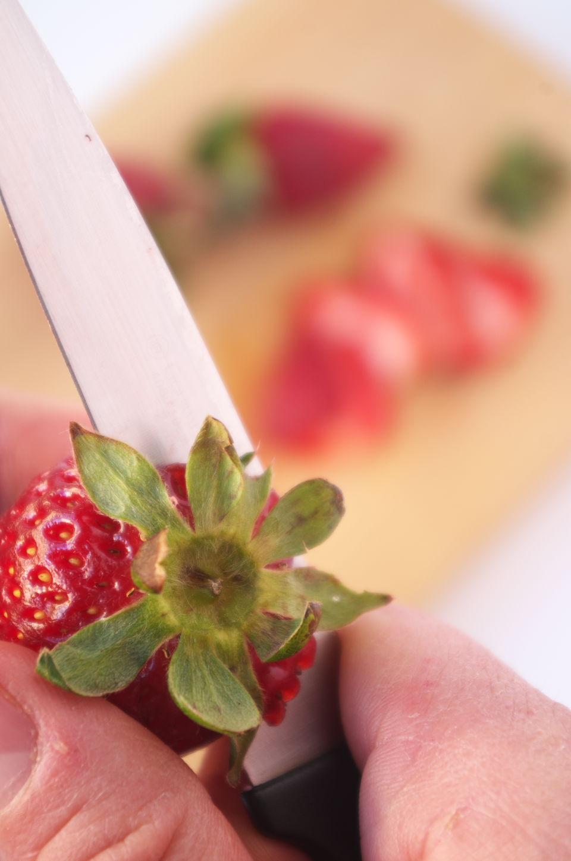 Corando fresas para RECETA de Ensalada de Remolacha, Fresas, Tomate y queso Feta