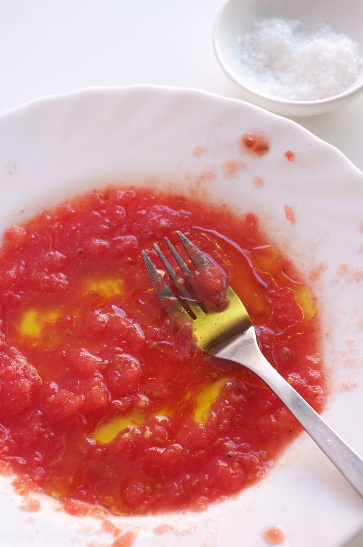 Mezclando Tomate y Aceite para Sashimi con Tomate y AOVE