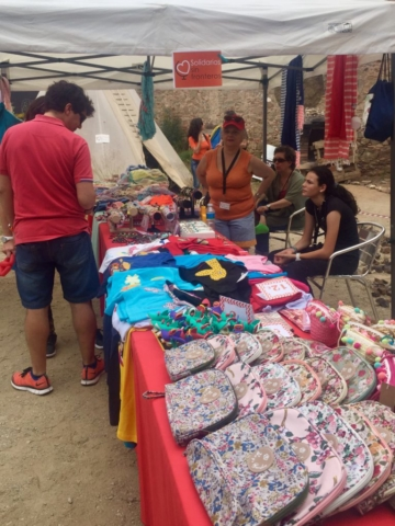 Venta de productos solidarios en la 2º Fiesta Solidaria por el Yemen de Solidarios sin Fronteras