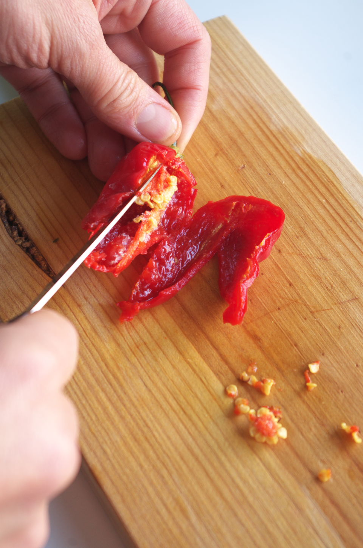 Limpiando Pimientos Piri Piri de semillas para preparar Salsa Piri Piri