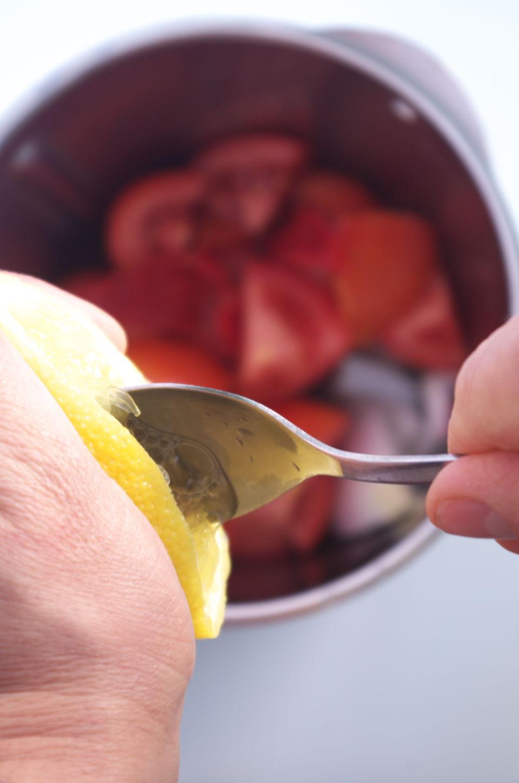 Exprimiendo limón para salsa Pri Piri