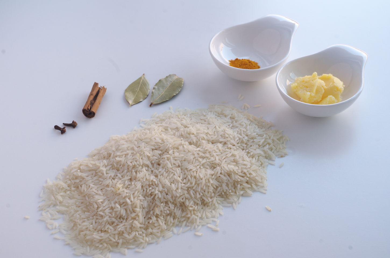 Ingredientes para Arroz Amarillo aromático: Arroz basmati, Mantequilla, Cúrcuma, Laurel, Canela en rama y clavo