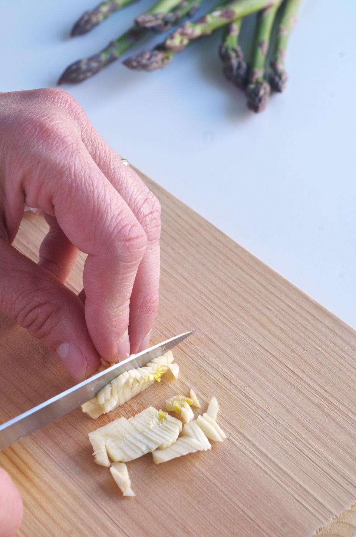 Cortando Ajo para receta de Fideos con Bacalao y Espárragos Trigueros