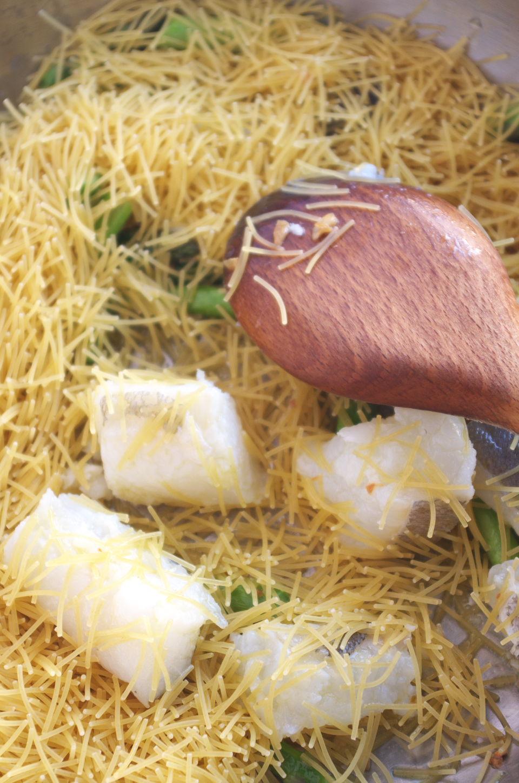 Tostando fideos para receta de Fideos con Bacalao y Espárragos Trigueros