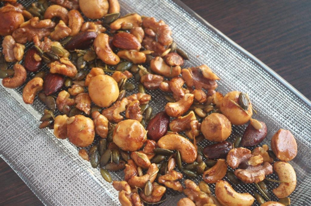 Frutos Secos Tostados Especiados en bandeja listos para comer