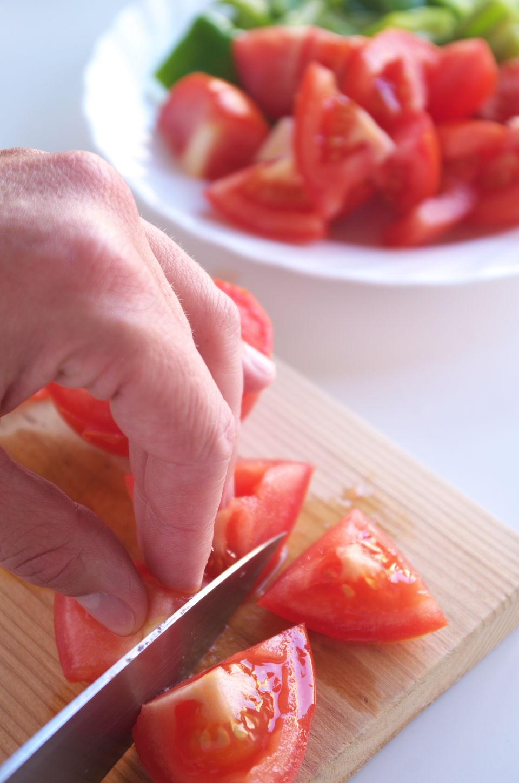 Cortando ingredientes para preparar el Arranque Roteño
