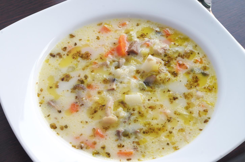 Sopa de arroz, setas y verduras lista para comer