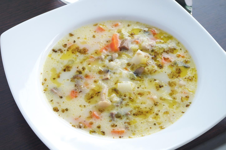 Sopa de arroz, setas y verduras recién preparada lista para comer