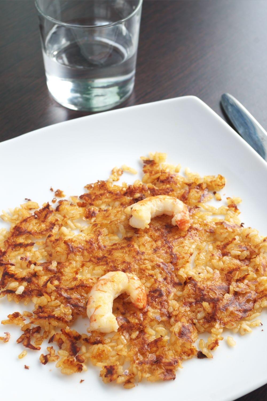 Torta de arroz socarrat en la mesa lista para comer
