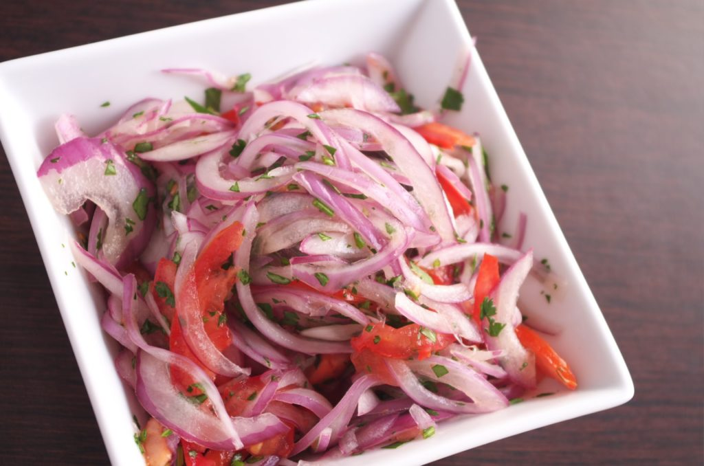 Ensalada de cebolla y tomate encurtido con lima