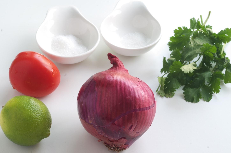 Ingredientes para preparar la Ensalada de cebolla y tomate encurtido con lima