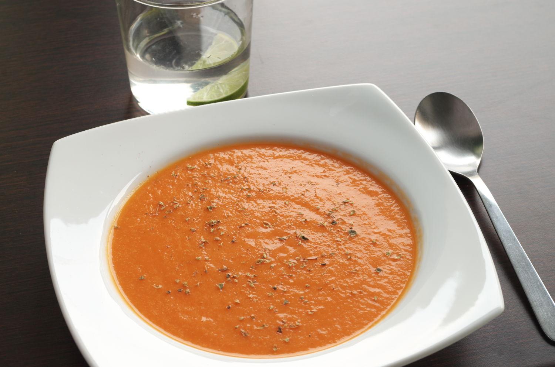 Plato con Sopa de tomate asado decorado con orégano