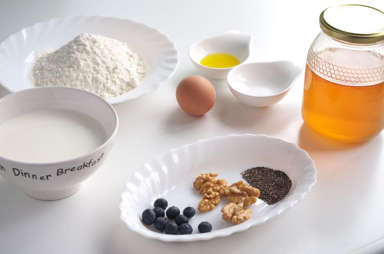 Ingredientes para preparar receta de Crepe con nueces, arándanos, yogur, chía y miel