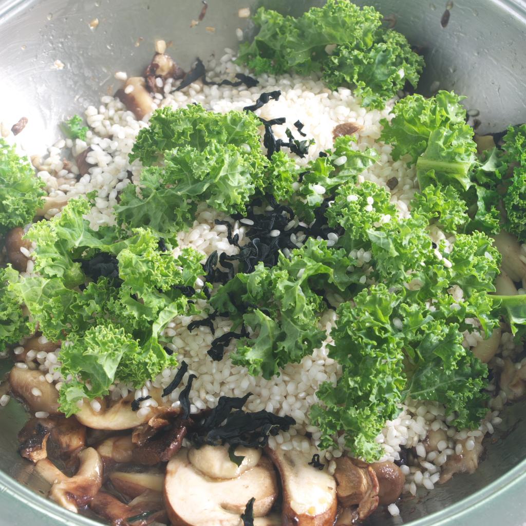 Preparación de receta de Arroz con setas, kale y miso