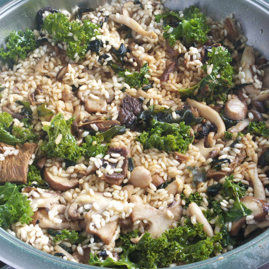 Arroz con setas, kale y miso recién preparado
