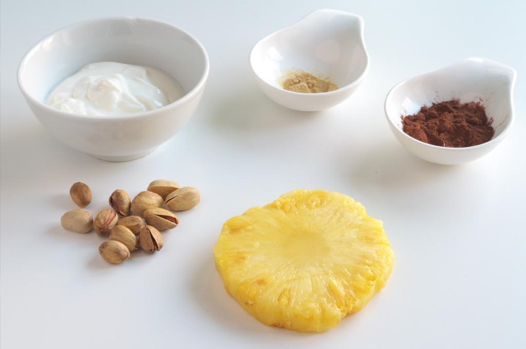 Ingredientes para la receta de Piña con yogur, nueces, jengibre y cacao
